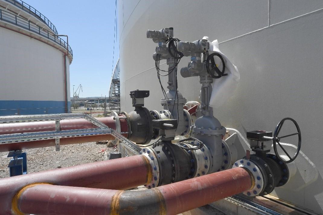 Dovodno/ odvodni priključki z armaturo na rezervoarju